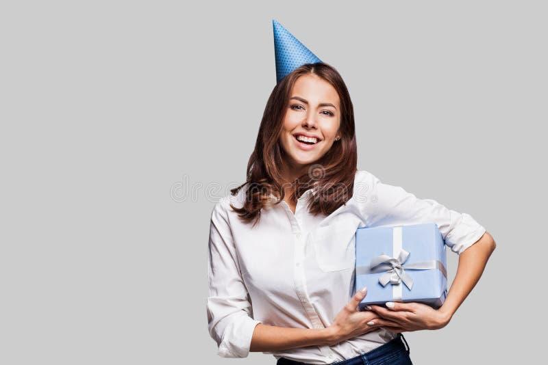 Mujer feliz hermosa con la caja de regalo en el partido de la celebración Cumpleaños o Noche Vieja que celebra concepto imagen de archivo libre de regalías