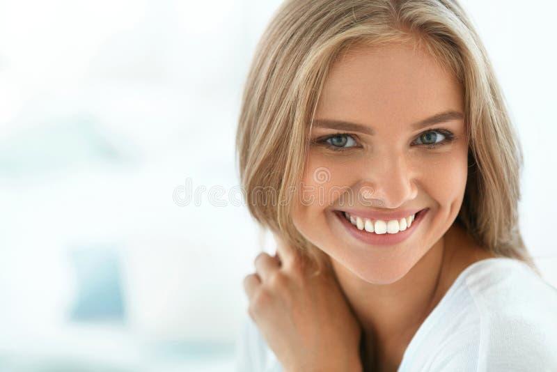 Mujer feliz hermosa del retrato con la sonrisa blanca de los dientes belleza fotografía de archivo libre de regalías