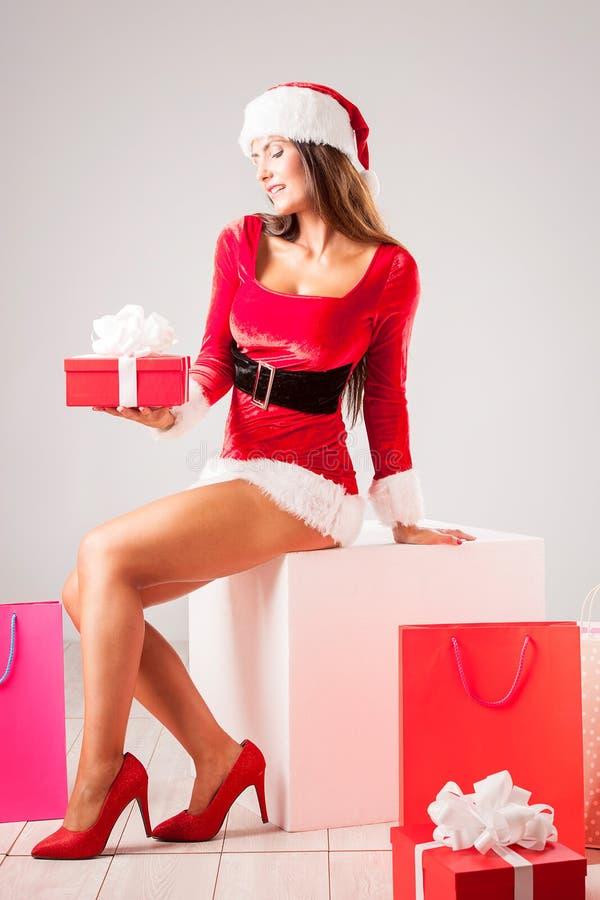 Mujer feliz hermosa en la ropa de Santa Claus imagen de archivo libre de regalías