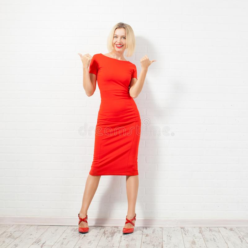 Mujer feliz hermosa en vestido rojo imágenes de archivo libres de regalías