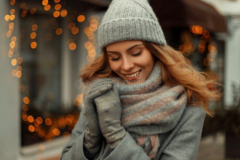 Mujer feliz hermosa encantadora con una sonrisa mágica fotos de archivo libres de regalías