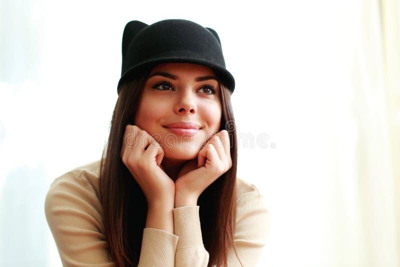 Mujer feliz hermosa joven en sombrero lindo fotografía de archivo