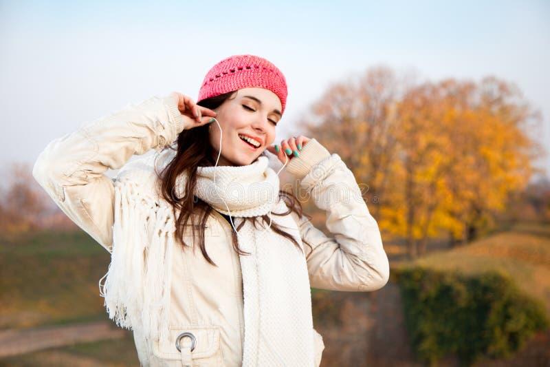 Mujer feliz hermosa que escucha la música foto de archivo