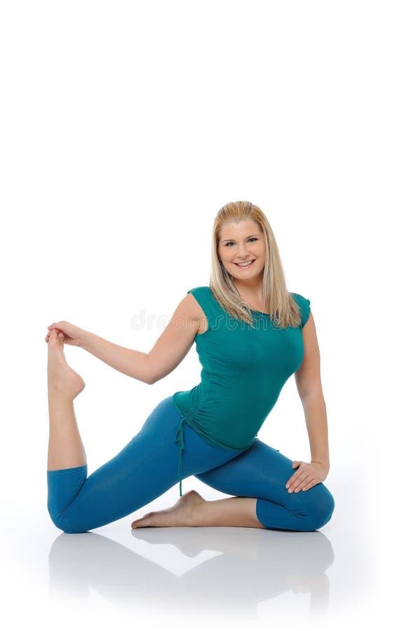 Mujer feliz hermosa que hace actitud de los pilates fotografía de archivo