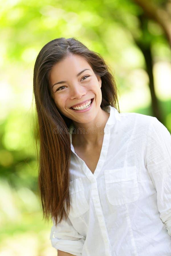 Mujer feliz hermosa que mira lejos en parque fotos de archivo libres de regalías