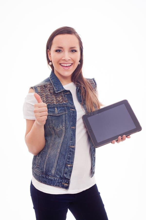 Mujer feliz joven con la nueva tableta aislada en el fondo blanco. fotos de archivo