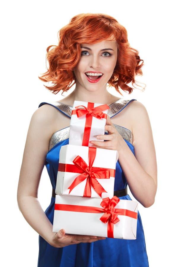 Mujer feliz joven con un regalo. Aislado imagen de archivo