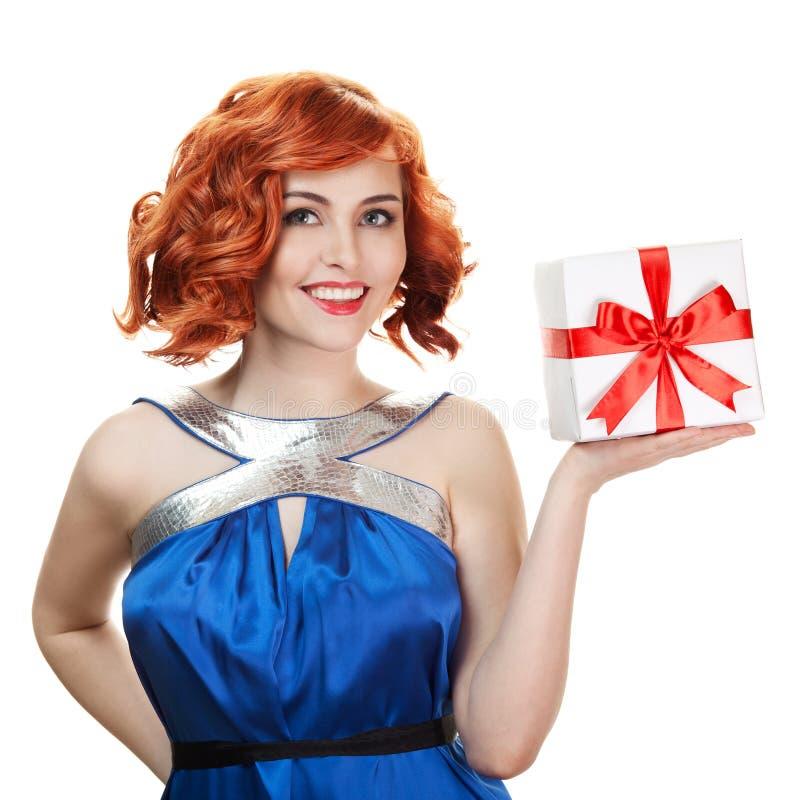 Mujer feliz joven con un regalo. Aislado fotos de archivo libres de regalías