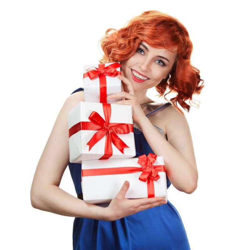 Mujer feliz joven con un regalo. Aislado foto de archivo