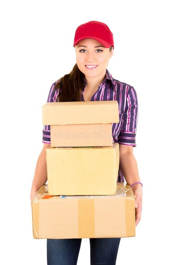 Mujer feliz joven de la entrega que lleva a cabo el paquete imágenes de archivo libres de regalías