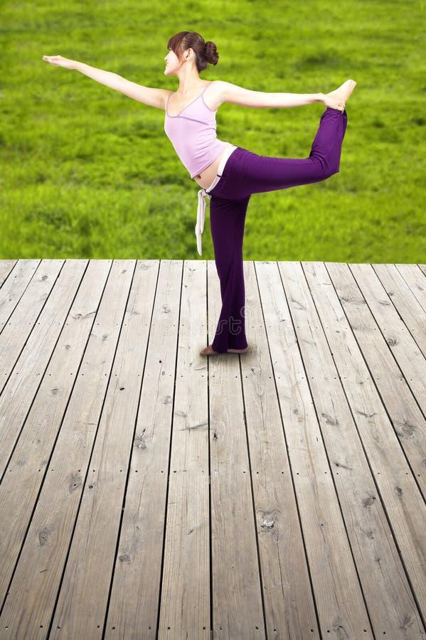 Mujer feliz joven de la yoga foto de archivo
