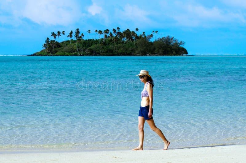 Mujer feliz joven el vacaciones en la isla del Pacífico foto de archivo libre de regalías