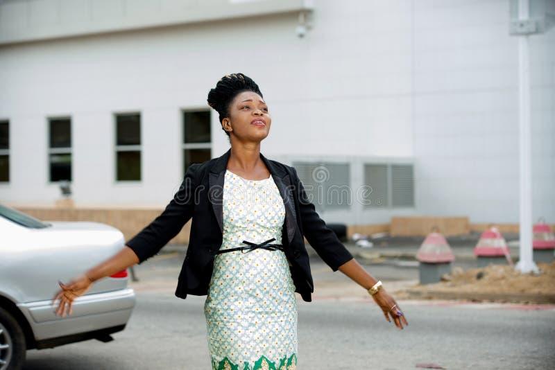 Mujer feliz joven en la ciudad imágenes de archivo libres de regalías