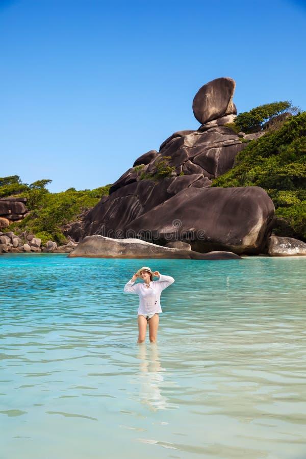 Mujer feliz joven en la playa tropical de las islas de Similan Concepto de los d?as de fiesta tailandia fotos de archivo