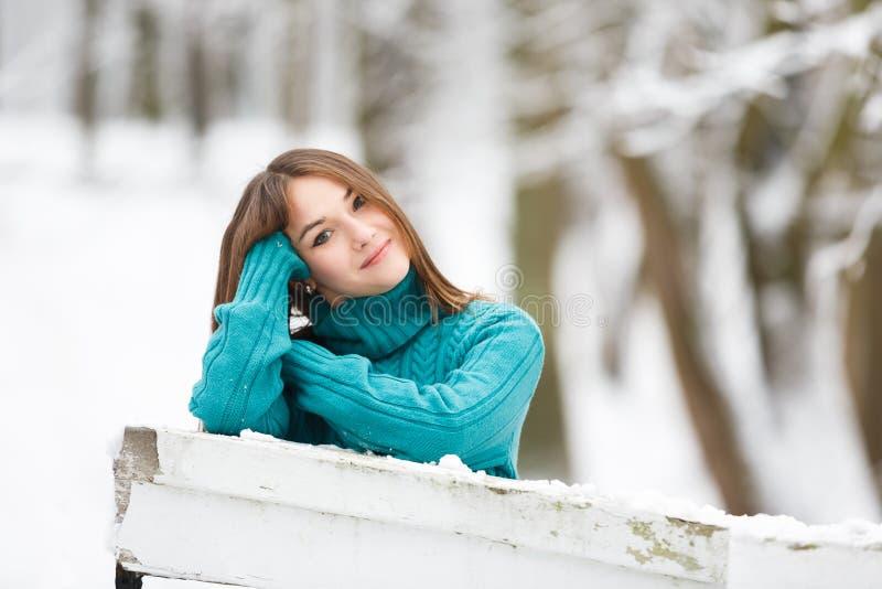 Mujer feliz joven en parque del invierno fotografía de archivo libre de regalías
