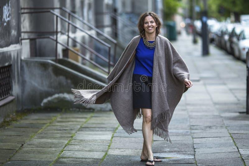 Mujer feliz joven que camina en la calle Amor foto de archivo libre de regalías