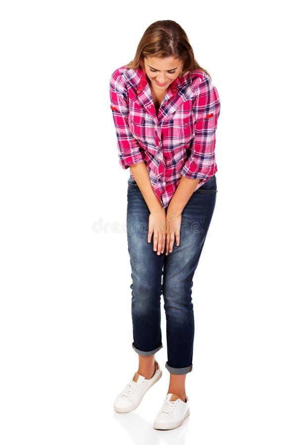 Mujer feliz joven que mira abajo imagenes de archivo