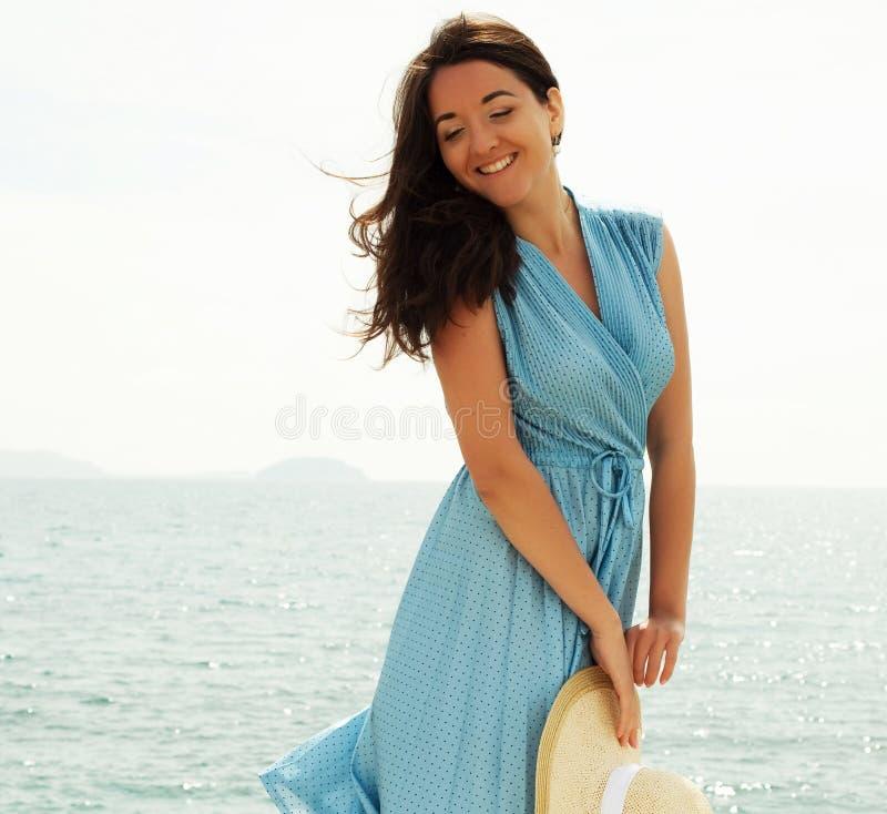 Mujer feliz joven que presenta cerca del mar foto de archivo libre de regalías