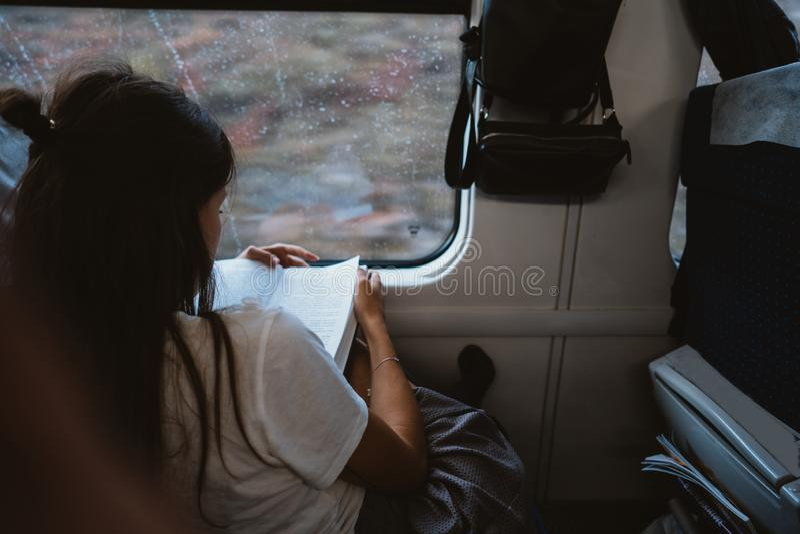 Mujer feliz joven que se sienta en autobús de la ciudad fotos de archivo