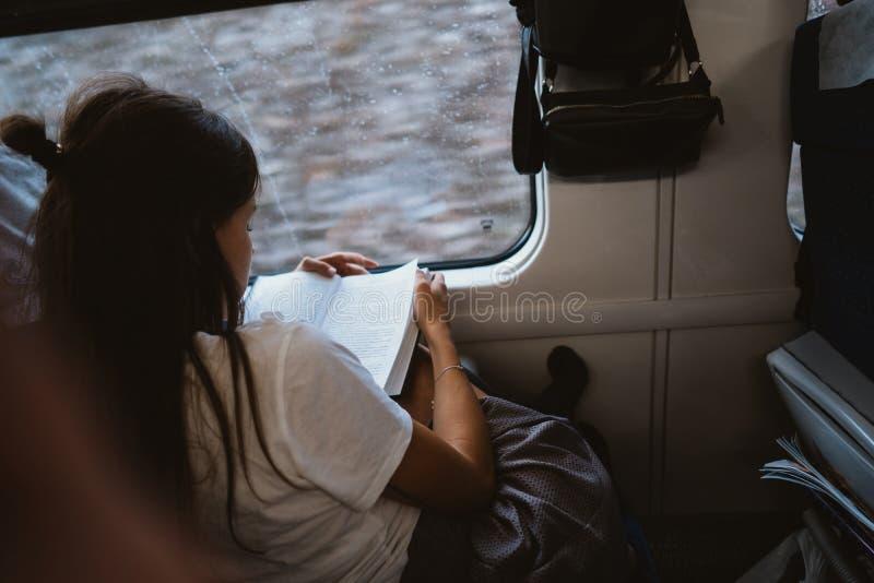 Mujer feliz joven que se sienta en autob?s de la ciudad imagen de archivo libre de regalías