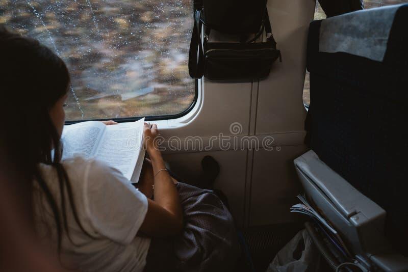 Mujer feliz joven que se sienta en autob?s de la ciudad fotos de archivo