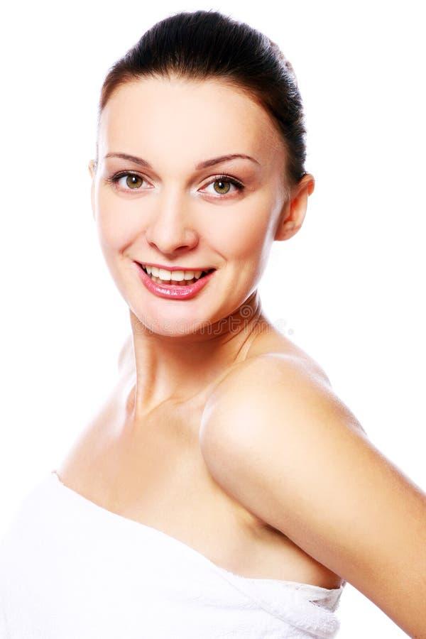 Mujer feliz joven y hermosa que se relaja en balneario fotos de archivo libres de regalías