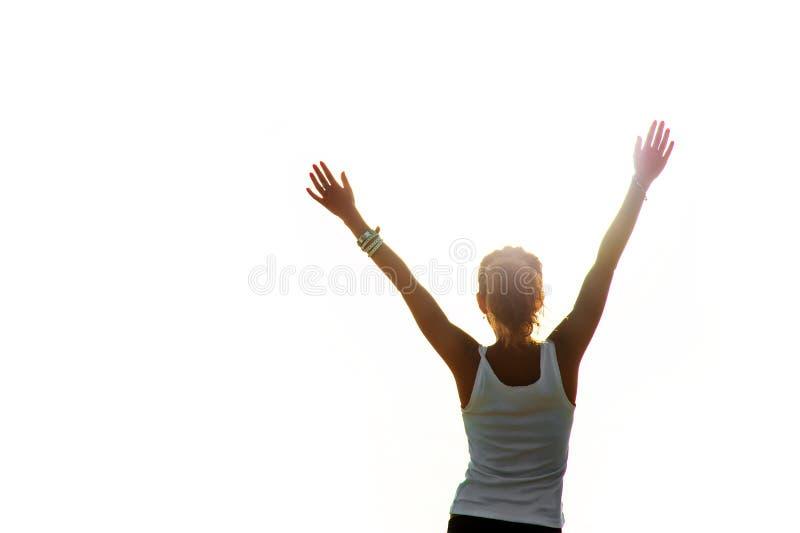 Mujer feliz libre que aumenta los brazos foto de archivo libre de regalías
