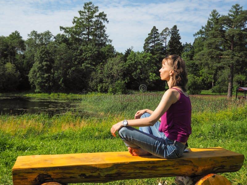 Mujer feliz libre que disfruta de la naturaleza Muchacha de la belleza al aire libre Muchacha de la belleza durante el cielo y Su imagen de archivo