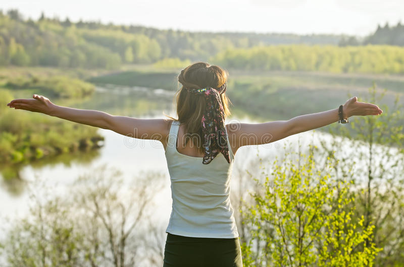 Mujer feliz libre que disfruta de la naturaleza Muchacha de la belleza al aire libre Libertad c fotografía de archivo libre de regalías
