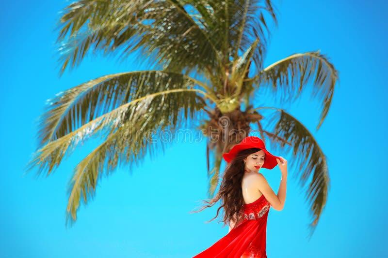 Mujer feliz libre que disfruta de la naturaleza Muchacha de la belleza con el sombrero rojo, summ foto de archivo libre de regalías