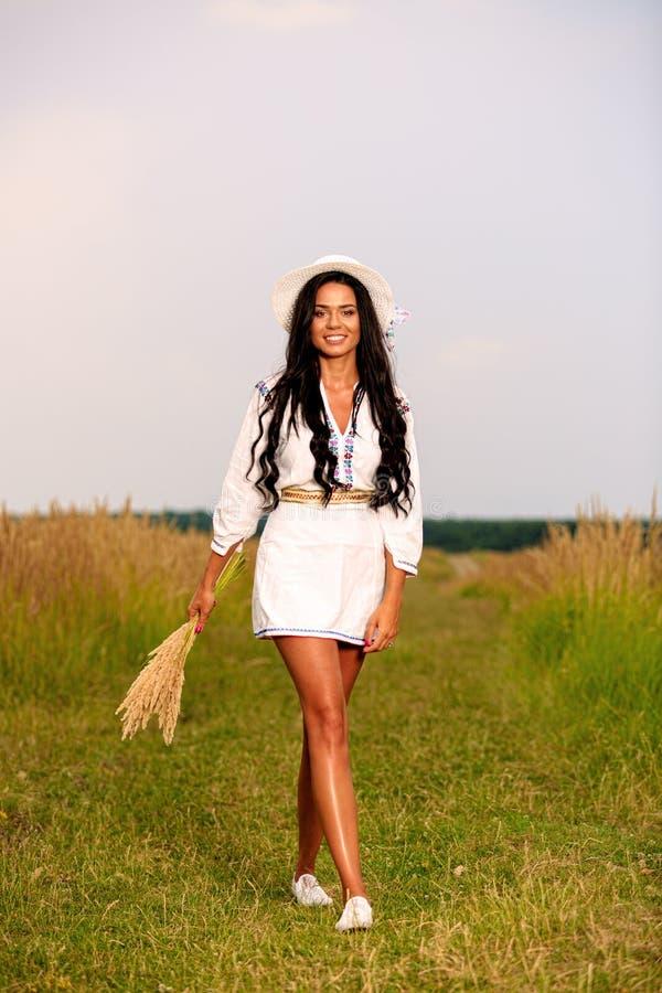 Mujer feliz libre que disfruta de la naturaleza y de la libertad Muchacha Outdoo de la belleza imagenes de archivo