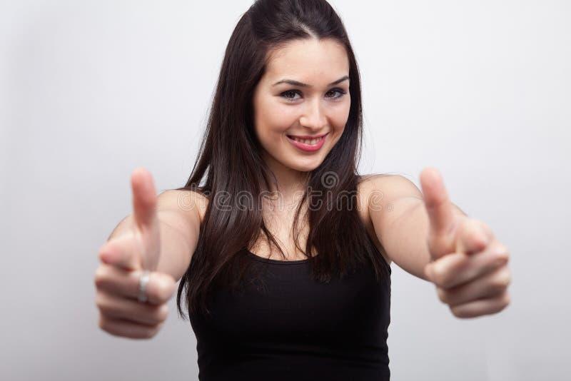 Mujer feliz linda que señala o que muestra imagenes de archivo
