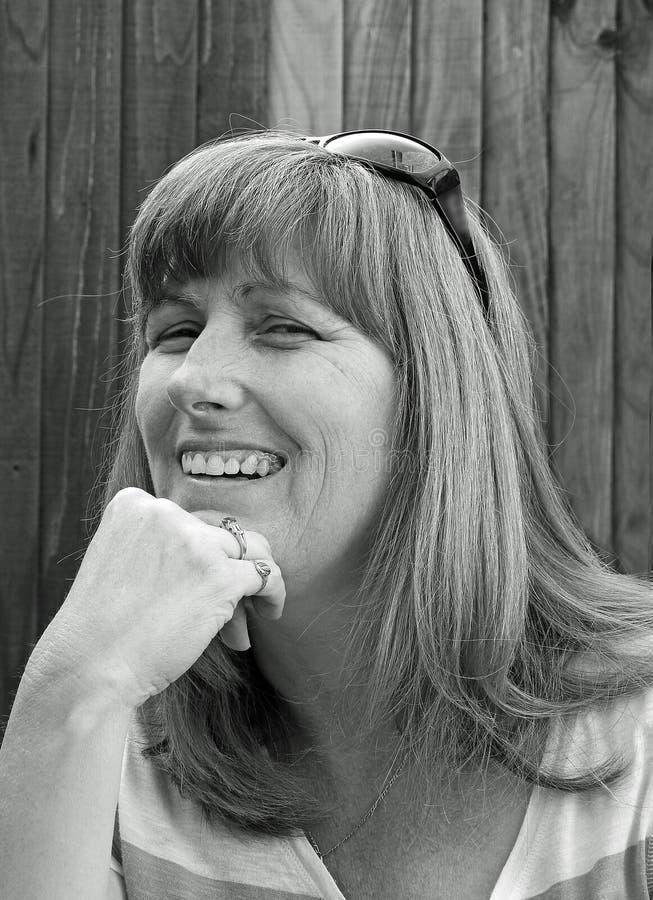 Mujer feliz monocromática de la actitud imagen de archivo