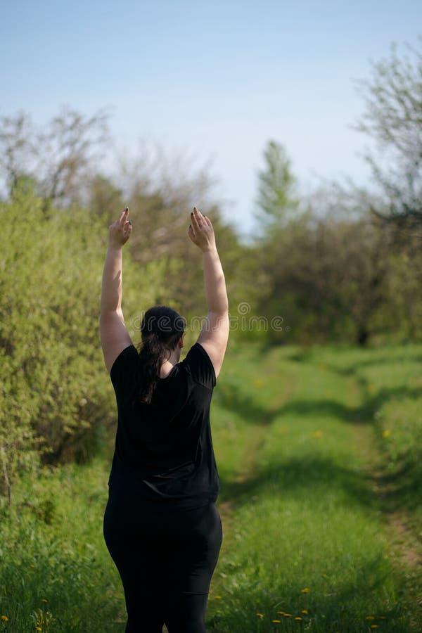 Mujer feliz que aumenta los brazos que expresan ?xito imagenes de archivo