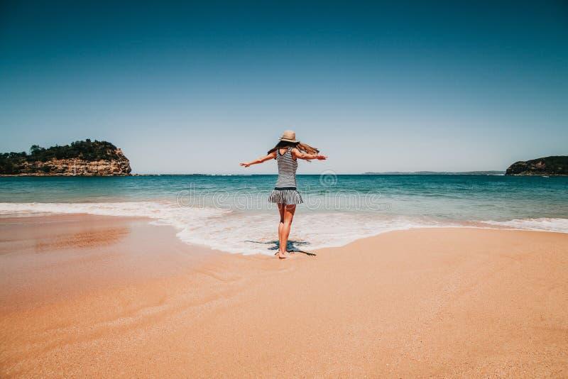 Mujer feliz que baila y que goza de la playa australiana fotos de archivo libres de regalías