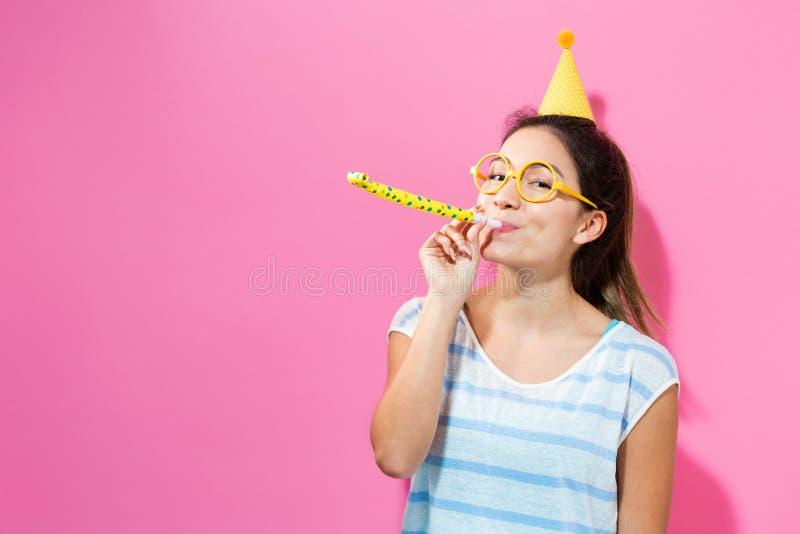 Mujer feliz que celebra con un sombrero del partido imagen de archivo libre de regalías