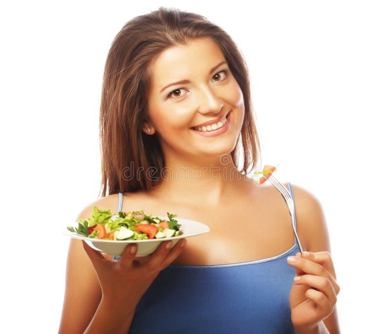 Mujer feliz que come la ensalada imagen de archivo libre de regalías