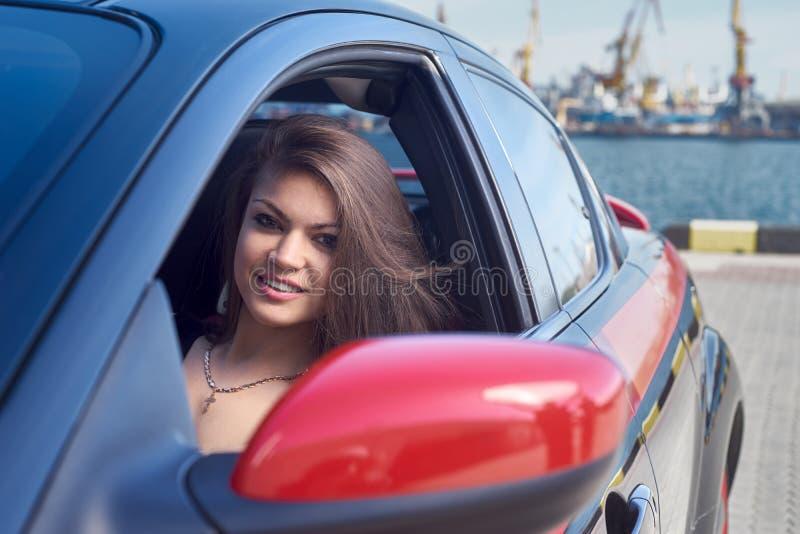 Mujer feliz que conduce un coche fotografía de archivo libre de regalías