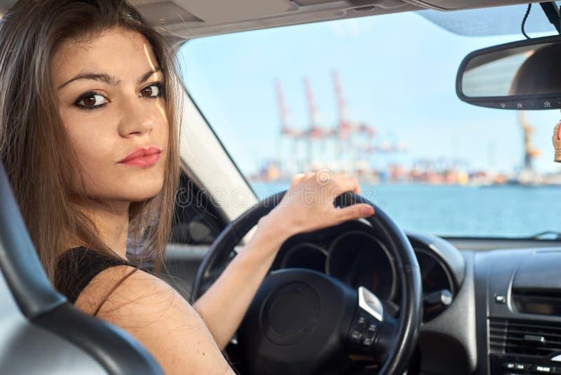 Mujer feliz que conduce un coche imagen de archivo
