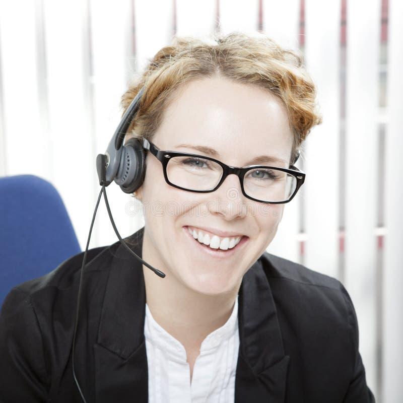 Mujer feliz que desgasta auriculares fotos de archivo libres de regalías