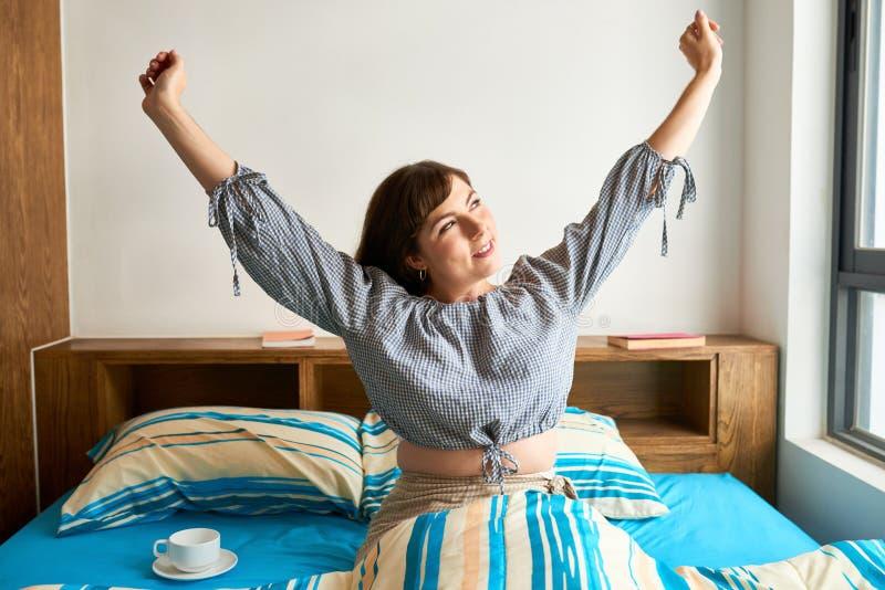 Mujer feliz que despierta fotos de archivo libres de regalías