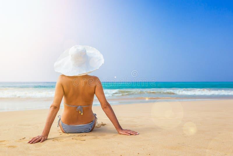 Mujer feliz que disfruta de la opinión del mar foto de archivo