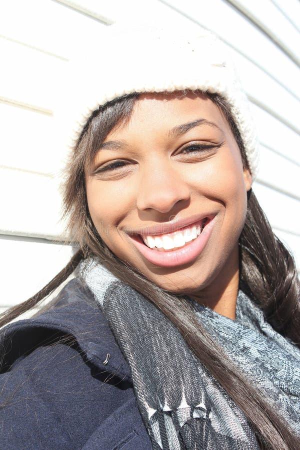 Mujer feliz que disfruta del aire libre fotos de archivo libres de regalías