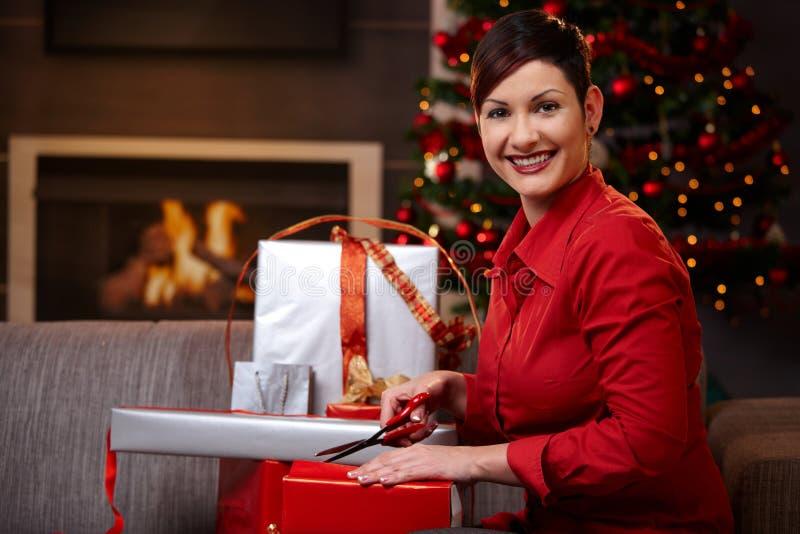 Mujer feliz que envuelve regalos de Navidad fotografía de archivo libre de regalías
