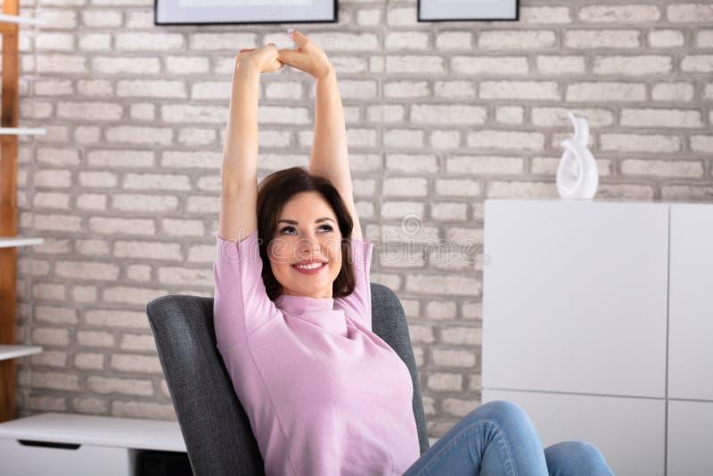 Mujer feliz que estira sus brazos imagenes de archivo