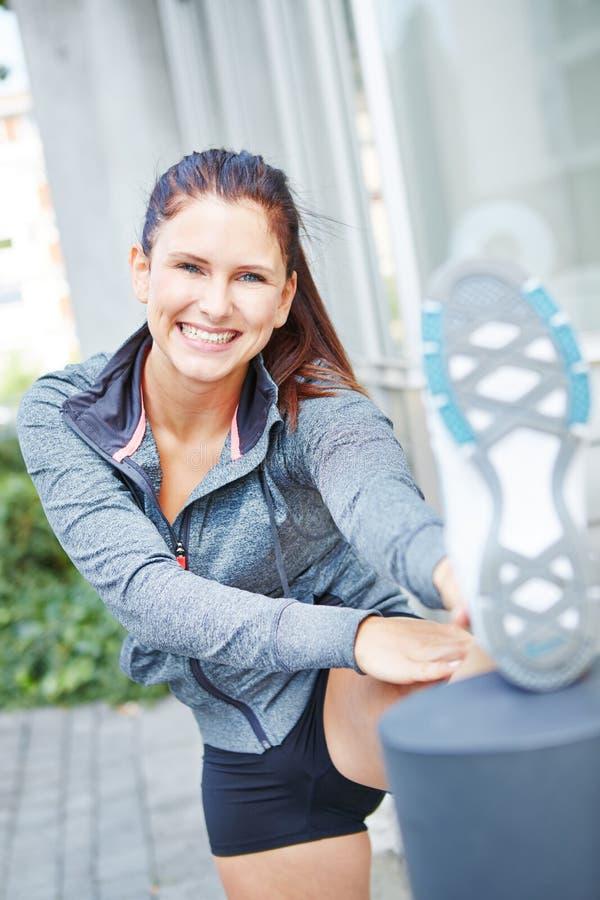 Mujer feliz que estira sus músculos imágenes de archivo libres de regalías