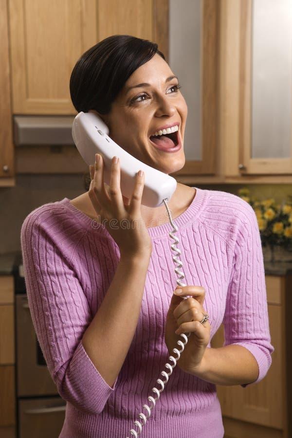 Mujer feliz que habla en el teléfono fotografía de archivo libre de regalías