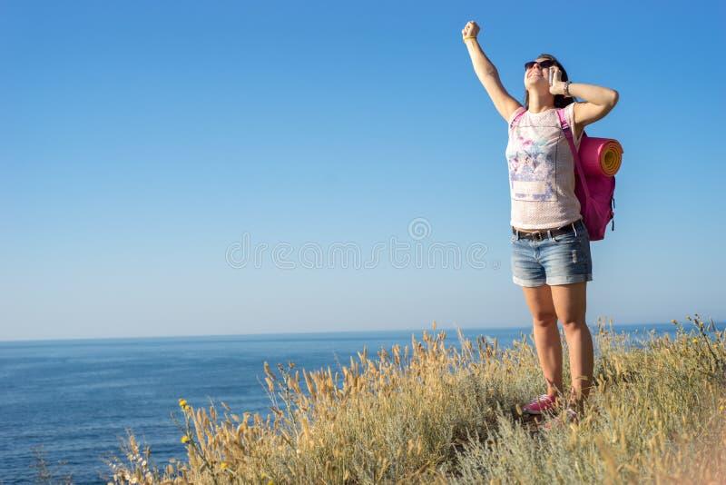 Mujer feliz que habla en el teléfono fotos de archivo