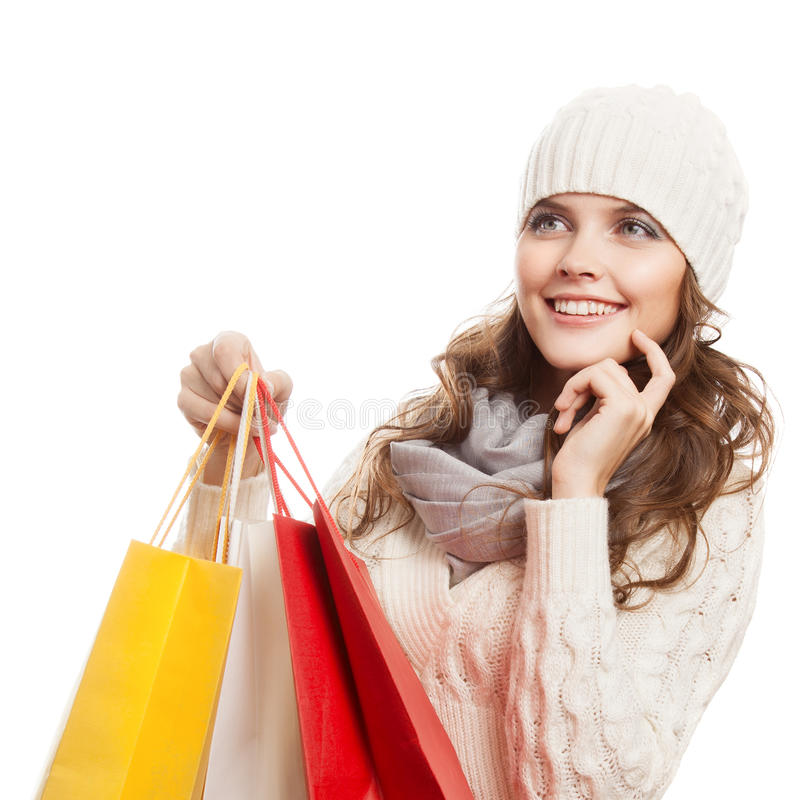 Mujer feliz que hace compras que sostiene bolsos Ventas del invierno fotografía de archivo libre de regalías