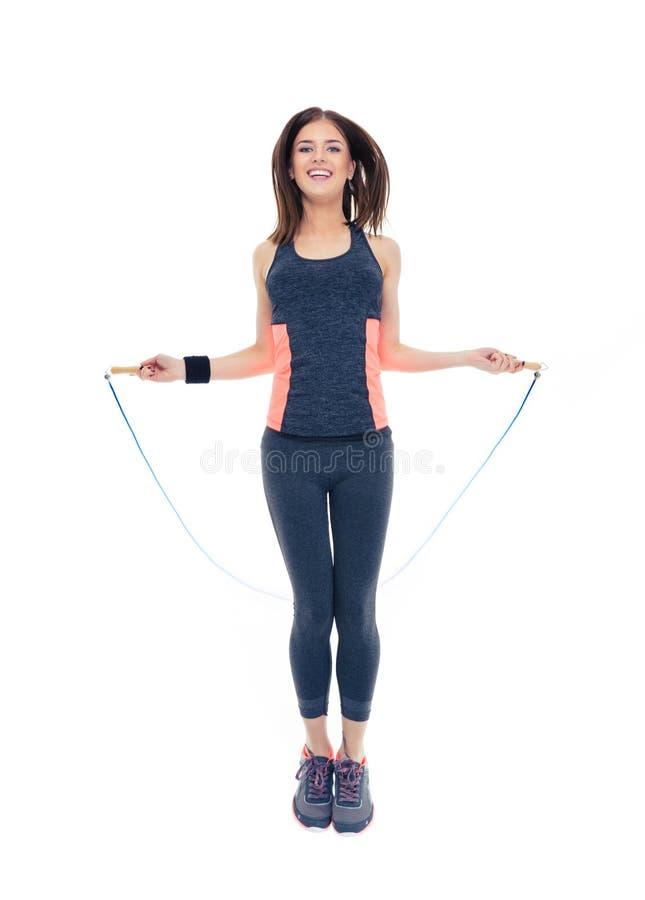 Mujer feliz que hace ejercicios con la cuerda de salto imágenes de archivo libres de regalías